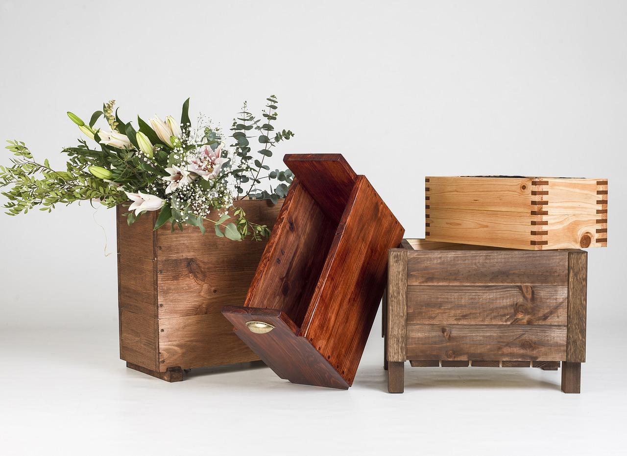 Den Holz-Pflanzkasten für Narzissen bepflanzen